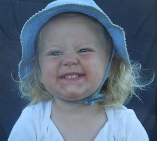 Ons dochtertje Linde met haar zomerhoedje